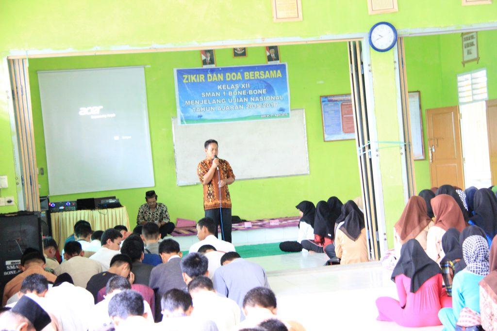 Doa bersama dibimbing oleh guru