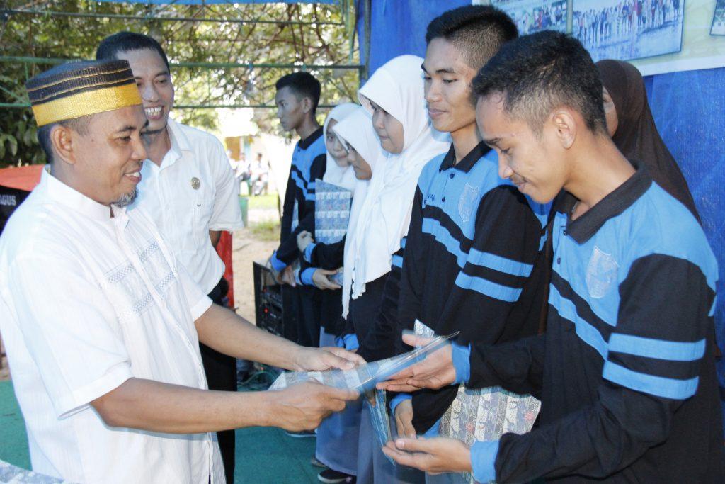 penyerahan hadiah kepada siswa/siswi berprestasi