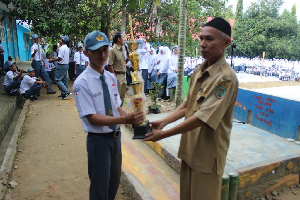 Penyerahan Piala Juara Umum Porseni oleh Bapak Drs. Nasruddin
